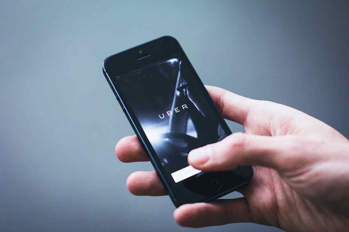 Zatrudnieni przez aplikację – fakty o czasie pracy i zarobkach kierowców Ubera