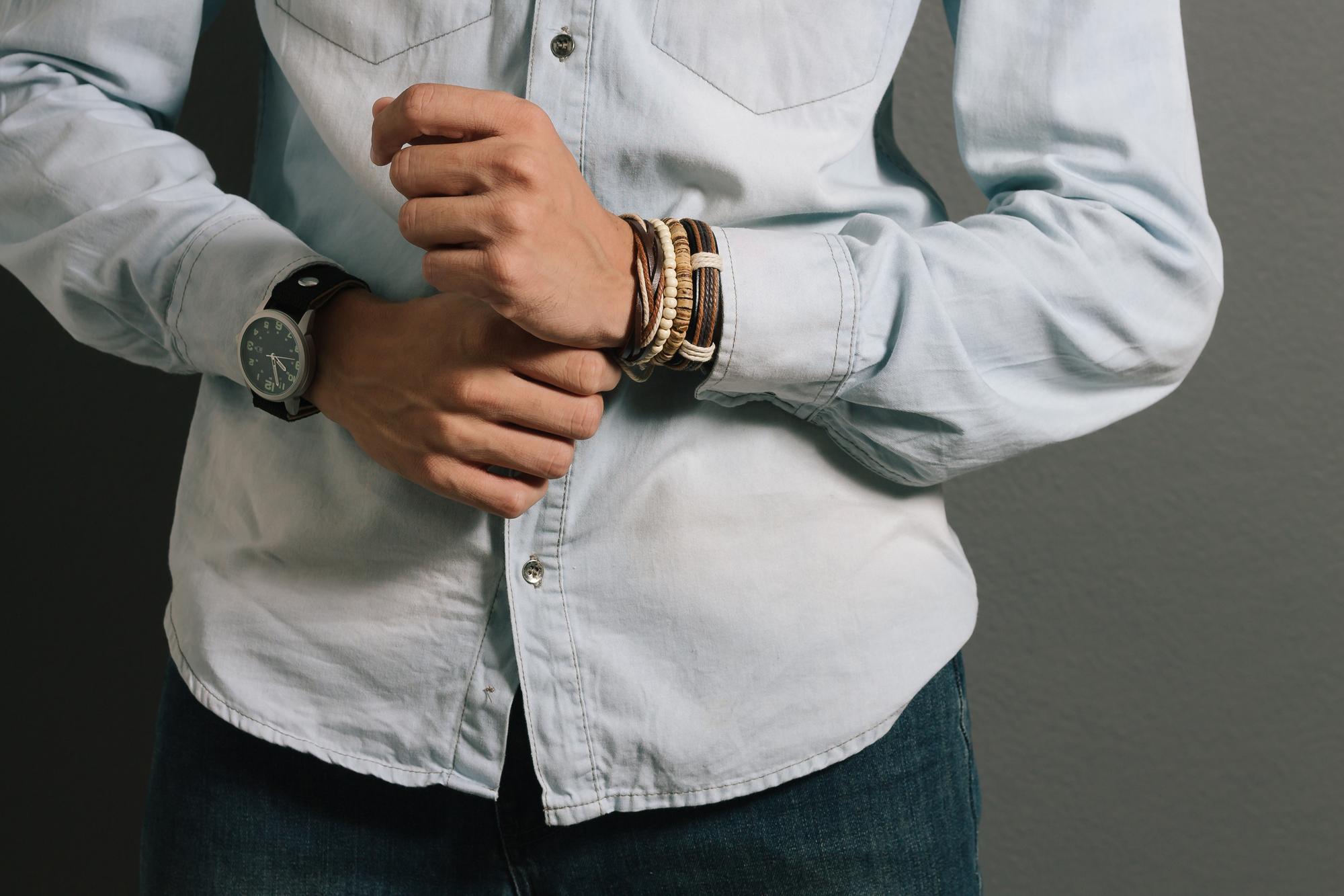 Bransoletki męskie - elegancja czy zbędny dodatek?