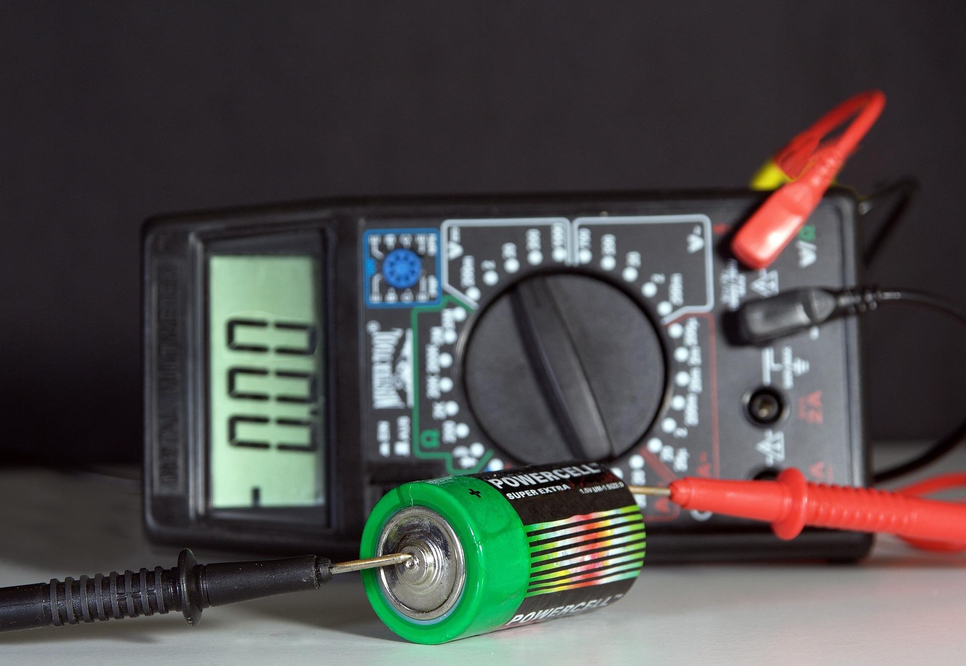 Jak ładować akumulator prostownikiem?