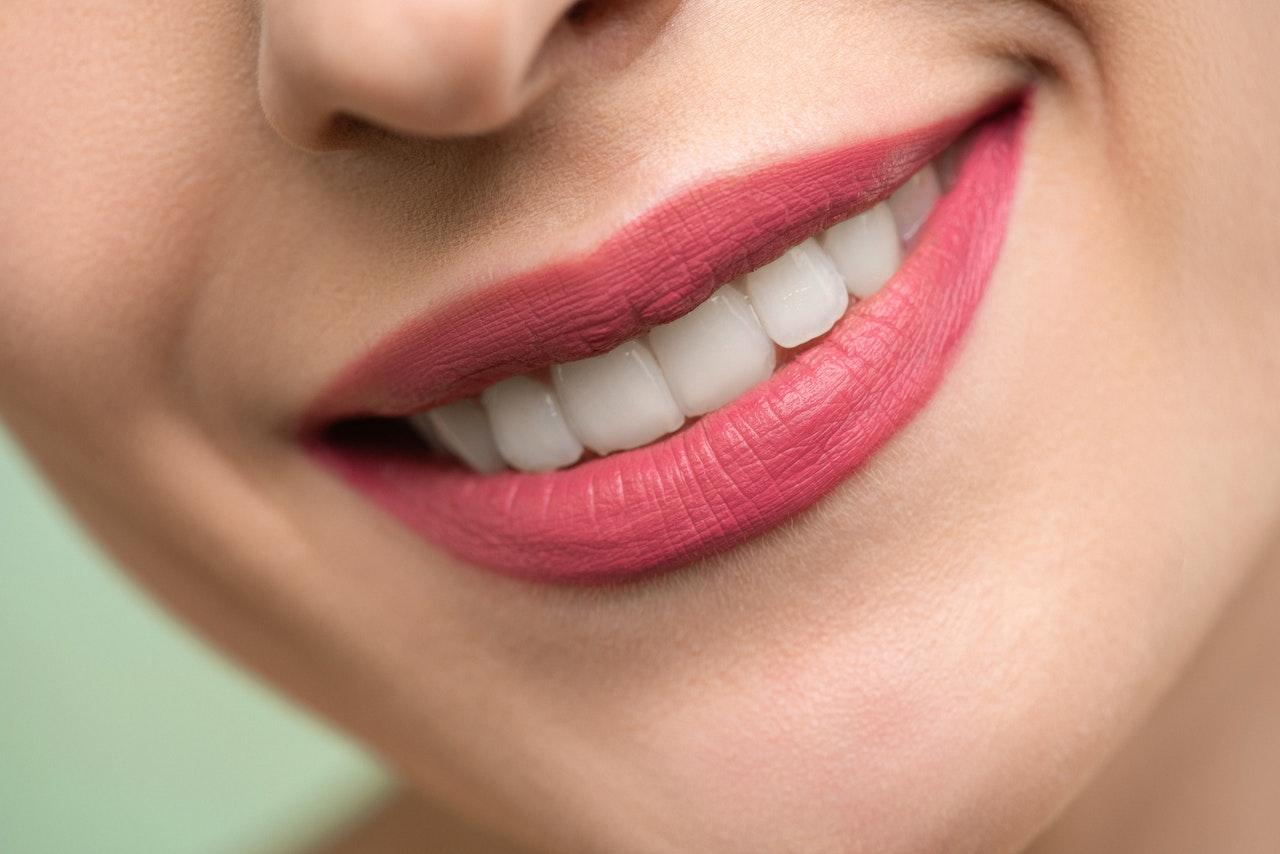 Dlaczego warto stosować elektryczną szczoteczkę do zębów?